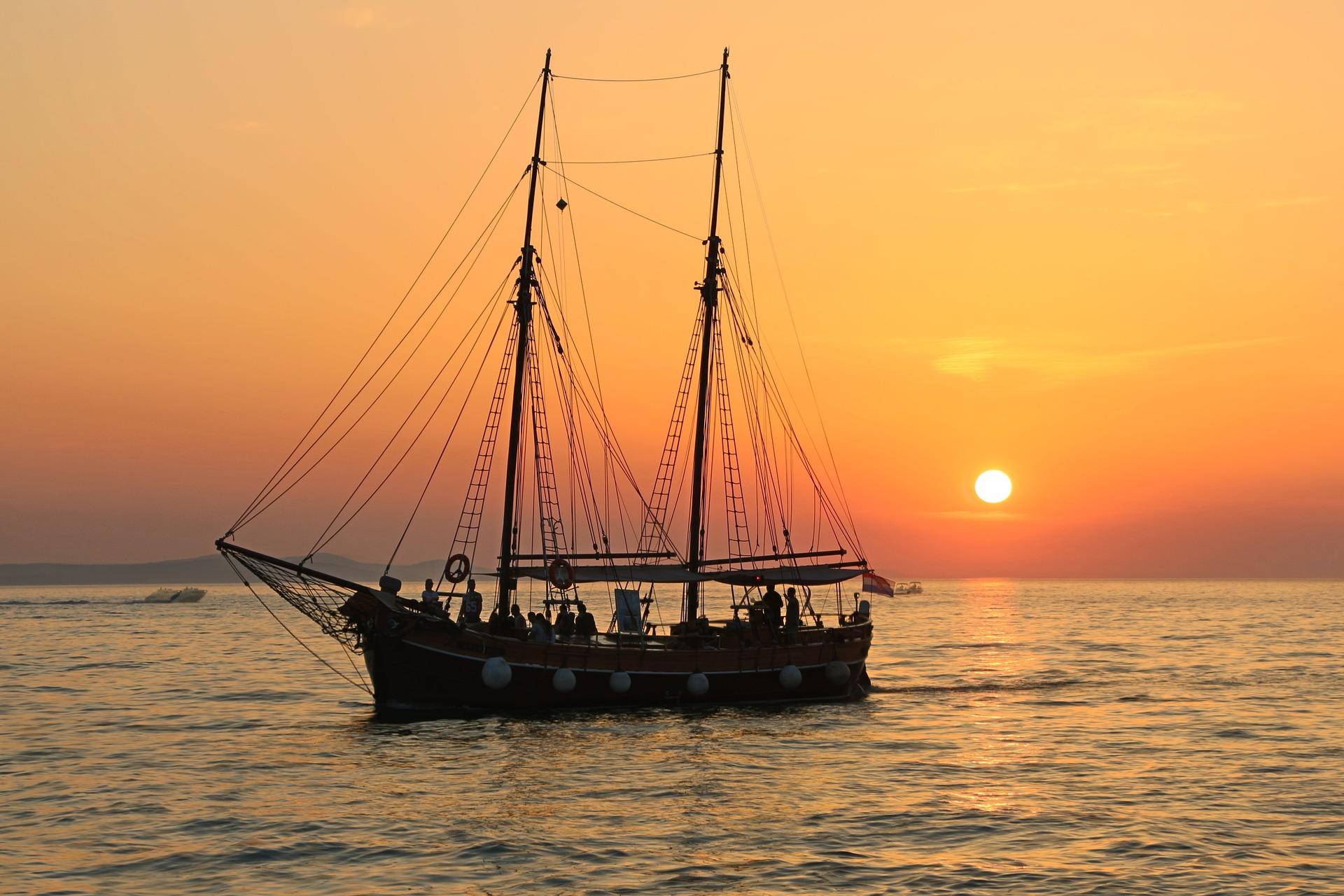 caicco al tramonto